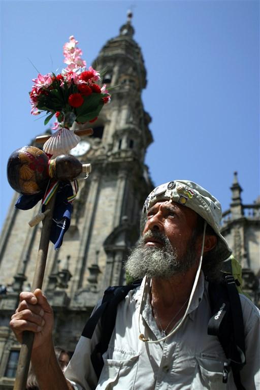 Poutník u katedrály v Santiagu de Compostela